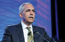 Claude Steele in his APA 2011 Annual Convention keynote address. (credit: Lloyd Wolf)