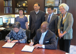 CPS President Dr. Yufang Yang and APA CEO Dr. Norman Anderson sign a Memorandum of Understanding between the associations.