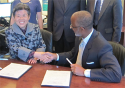 Dr. Yang and Dr. Anderson shake hands after singing the MOU.